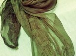 色の変化するショール麴塵染グリーン色から赤茶色への画像
