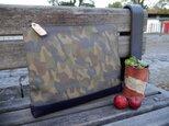 革と帆布のクラッチバッグ(カモフラ柄×ネイビー)Orecの画像