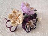 〈つまみ細工〉梅三輪とベルベットリボンの髪飾り(紫と鳥の子色)の画像