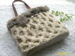 国産毛糸とファーのあったかニットバッグ(ベージュミックス)の画像