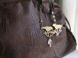 鳥シルエットの真ちゅう製バッグチャームの画像