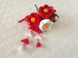 〈つまみ細工〉藤下がり付き椿三輪とベルベットリボンの髪飾り(赤と白)の画像