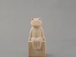お座り木彫り白猫 置物の画像