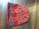 バラの編み込みと刺繍の帽子の画像