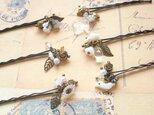 ホワイトの小鳥とフラワービーズのヘアピン6本セットの画像