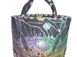 切り絵作家がデザインした籠クラッチアートのトートバッグです。の画像
