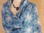 藍染の雪花絞り大判ストール 竹繊維-3の画像