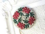 リネン 赤い実のリース 刺繍のブローチ 丸 50ミリ クリスマスバージョンの画像