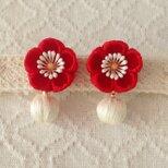〈つまみ細工〉梅の巻き玉のピアス(赤と白)の画像