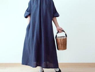 クレリック衿が上品で大人かわいいバックくるみ釦ボリューム袖フレンチリネンAラインワンピース:パープルネイビークレリックの画像