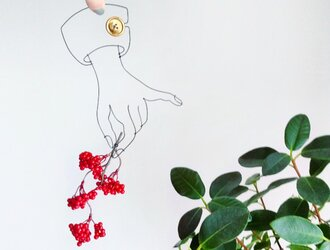 Wire Wall Art Artificialflower (レッドベリースプレー)の画像