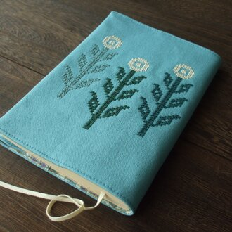 クロスステッチ花刺繍の文庫本ブックカバー 水色