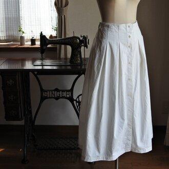 白の前あきスカート