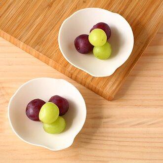 木蓮のかたちの白い磁器の小鉢