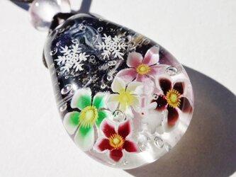 《クリスマスローズとうさぎ》 ガラス とんぼ玉 ペンダント うさぎ 雪の結晶の画像