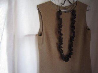 ブラウンかぎ針編みフリルネックレスの画像