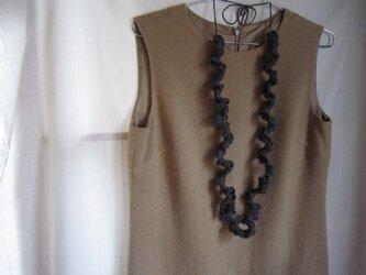 グレーかぎ針編みフリルネックレスの画像