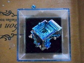 きらきら輝くビスマス結晶ケース付きの画像