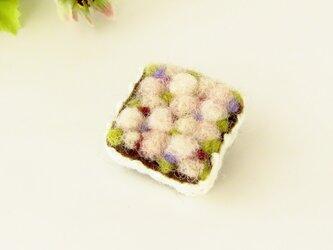 フェルト刺繍のブローチ ピンクのフラワーボックス(FAB-008-P)の画像