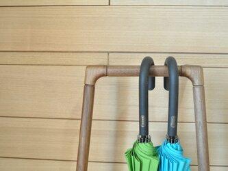 シンプルなデザインの傘かけ ウォールナットの画像