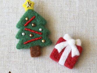 クリスマスツリーとプレゼントのブローチの画像