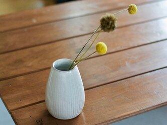 白い陶器の花瓶(鎬)の画像