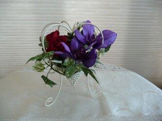 完売  真紅の薔薇とクレマチスの画像