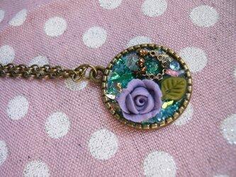 薔薇と小さな指輪のネックレス ブルーの画像
