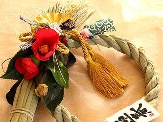 お正月稲穂付き赤い椿のしめ縄の画像