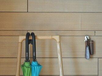シンプルなデザインの傘かけ タモの画像