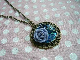 ラベンダー色の薔薇と小さな指輪のオルゴナイト風ネックレス (ブルー)の画像