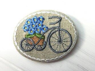 リネン 刺繡ブローチ 楕円横型 自転車に花かご 忘れな草の画像