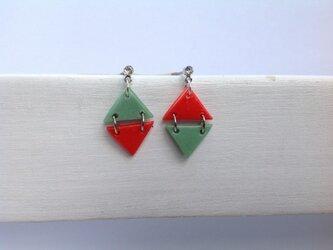 赤と渋グリーンのダイヤ型ピアス。の画像