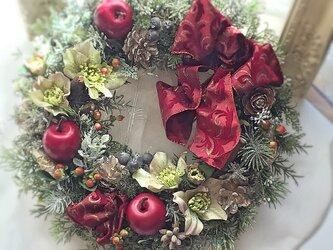 りんごとクリスマスローズのリースの画像