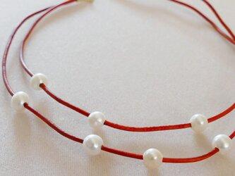 オレンジ革紐と淡水パールの二連ネックレスの画像