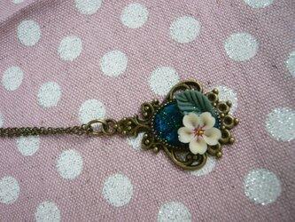 小花とレジンのネックレス の画像