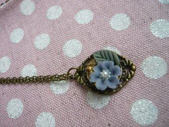 薄青の小花とレジンのネックレス の画像