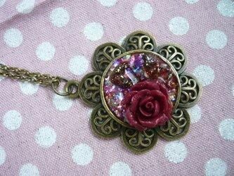 赤い薔薇と小さな指輪のオルゴナイト風ネックレス の画像
