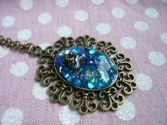 小さな指輪のオルゴナイト風ネックレス (アクアブルー)の画像