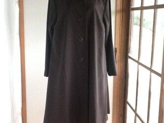 焦げ茶色のコートの画像