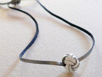 レザーボールのネックレスの画像