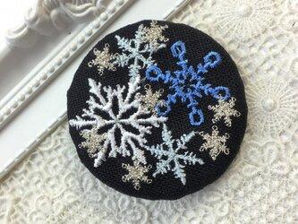濃紺リネン 雪の結晶 刺繍のブローチ 丸 50ミリ の画像