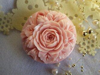 バラとリボン。ソープカービングの画像