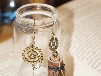 小瓶と歯車のピアスの画像