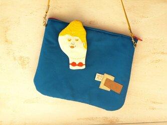 ビキニブローチ付ブルーのショルダーバッグの画像