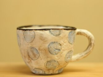 粉引き手びねりベビーブルーのドットのカップ。の画像