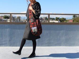 着物リメイク・銘仙のワンショルダーバッグ(赤×黒)の画像