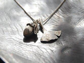 どんぐりと銀杏の葉ペンダント[SILVER950]の画像