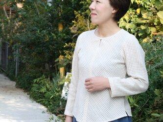丸襟のシンプルなバイアスシャツ・生成りの画像