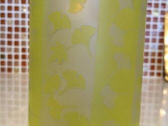 銀杏並木の下でシリーズービールグラスの画像